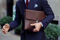 Accessoires en cuir marron et costume bleu marine, une combinaison imparable - JAMAIS VULGAIRE, blog mode homme, magazine et relooking online
