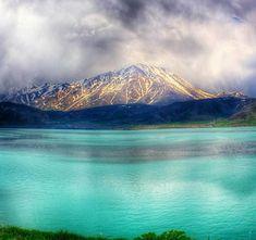 بحيرة وان أو بحيرة فان ( بالتركية : van gölü ) تُعرف بحيرة وان بأنّها أكبر البحيرات الموجودة في تركيّا، والتي تشتهر بملوحتها، إلاَّ أنّها تُعتبر من البحيرات السياحيّة؛ حيث يقصدها الزائرون من كافّة أنحاء البلاد، وذلك لشهرتها الواسعة بغناها بالمناظر الطبيعيّة، حيث لم تؤثّر الملوحة فيها على اليابسة المحيطة بها، فكانت بحقٍّ بحيرة السحر…اقرأ المزيد »بحيرة وان و سر وحش البحيرة The post بحيرة وان و سر وحش البحيرة appeared first on سافر الى تركيا. Turkey Travel, Mount Rainier, Van, Mountains, Nature, Naturaleza, Vans, Natural, Scenery