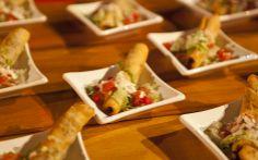 Wrap recheado com frango grelhado, alface, tomate, milho, parmesão ralado e acompanhado de molho de queijo apimentado