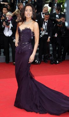 Gong Li Strapless Dress - Gong Li donned a strapless eggplant evening gown with a long strain and sparkling structured bodice for the 'Midnight in Paris' premiere at Cannes. Very Beautiful Woman, Beautiful Asian Girls, Beautiful People, Gong Li, Purple Dress, Fancy Dress, Classic Beauty, Asian Style, Asian Woman