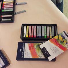 Tolle Soft Pastellkreiden von Faber-Castell :D Faber Castell, Bunt, Magazine Rack, Office Supplies, Storage, Home Decor, Draw, Creative, Purse Storage