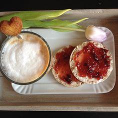 #buongiorno con #latte #macchiato e #gallette di #granosaraceno con #burro e #marmellata!!! #leideechemipiacciono #angolodelledolcezze #noidonne_oggi #colazionecondoriana #Colazionealbivio
