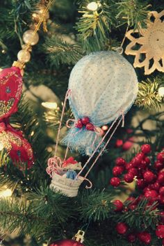 hot air balloon ornaments- i knew i was saving those onion bags for SOMETHING!