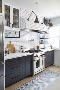 cuisine style bistrot en noir et blanc d'esprit industriel avec appliques à bras articulés