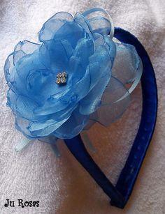 Tiara encapada com fita de cetim,com flor de organza com detalhe em strass...incrivelmente delicada...                                                                                                                                                                                 Mais