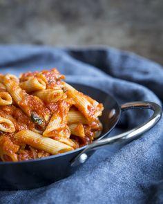Whole grain pasta topped with tomato sauce.  http://www.jotainmaukasta.fi/2015/11/02/tomaattikastike-pastalle/