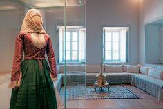 Η ενδυμασία της Λαζαρίνας (Σταματίνας) Κουντουριώτη, τυπικό δείγμα υδραίικης φορεσιάς με ολομέταξο πτυχωτό σκουροπράσινο φουστάνι και μεταξωτή ζακέτα. Οικία Λάζαρου Κουντουριώτη. Παράρτημα Εθνικού Ιστορικού Μουσείου Fashion, Moda, Fashion Styles, Fashion Illustrations