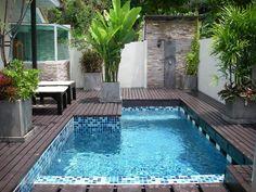 Een zwembad hoeft natuurlijk helemaal niet groot te zijn. Vaak gaat het er alleen maar om dat je je even op kunt frissen op hele hete dagen. Dit zwembad heeft een prachtige afwerking met mozaïektegels.