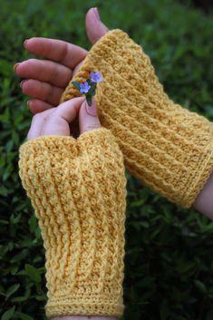 Crochet Patterns Arm Rails Mitts – free crochet pattern by Rebecca Velasquez at Knotions. Crochet Gloves Pattern, Loom Knitting Patterns, Crochet Mittens, Mittens Pattern, Free Crochet, Crochet Hats, Knitting Tutorials, Hat Patterns, Crochet Granny