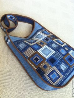 Contrast piping and geometric concentric squares patches. Denim Tote Bags, Denim Purse, Patchwork Bags, Quilted Bag, Jean Purses, Diy Handbag, Bag Patterns To Sew, Fabric Bags, Zipper Bags