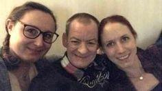 Image copyright                  Annis Lindkvist                                                                          Image caption                                      Jimmy Fraser con Annis Lindkvist (L) y su hermana Emma Ahlstrom en Suecia.                                ¿Invitarías a un extraño de otro país a pasar Navidad en tu casa? Es lo que hicie