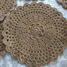 No automatic alt text available Crochet Doily Rug, Crochet Cup Cozy, Crochet Placemats, Crochet Motif Patterns, Crochet Dollies, Thread Crochet, Crochet Stitches, Crochet Hooks, Knit Crochet