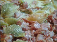 Receita de Fettuccini com bacon, fiambre e cogomelos - 500 g de massa a gosto, 1 cebola média, 50 g de manteiga, 100 g de bacon cortado aos pedaços, 150g de fiambre cortado aos pedaços, 50 g de queijo parmesão, 1 c. chá de pimenta em grão, 2 pacotes de natas, queijo parmesão para polvilhar (opcional)