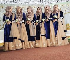 Perfectly elegant and ideal look for bridesmaids & groomsmaids especially for weddings in the cold months Pic from: Outfit from: Asian Bridesmaid Dresses, Asian Wedding Dress, Indian Bridesmaids, Bridesmaid Outfit, Hijab Dress Party, Pakistani Wedding Dresses, Pakistani Bridal, Dress Brokat Muslim, Bridal Wardrobe