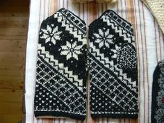 Latvian pattern Mittens Pattern, Knit Mittens, Knitted Gloves, Fair Isle Knitting, Hand Knitting, Love Crochet, Knit Crochet, Knitting Designs, Knitting Patterns