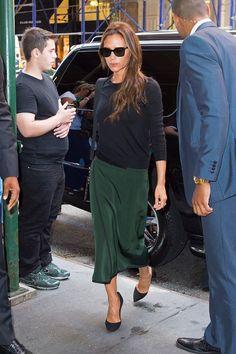 Victoria Beckham in a black sweater + emerald green midi skirt + black heels Moda Victoria Beckham, Victoria Beckham Style, Work Fashion, Fashion Looks, Ny Fashion, Fashion 2015, Street Fashion, Fashion Ideas, Fashion Trends
