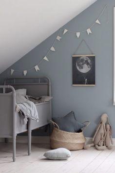grijs-blauwe-muur-kinderkamer