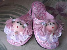 Chinelinho de quarto infantil com carinha de boneca