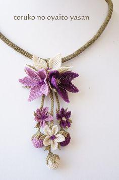 Pink Crochet Necklace Pink and Crochet Jewelry Patterns, Crochet Flower Patterns, Crochet Accessories, Crochet Flowers, Beading Patterns, Crochet Brooch, Crochet Collar, Bead Crochet, Crochet Hooded Scarf