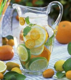 Hooked on trendy infused water recipes? If you find drinking plain water tasteless, infused water could change your outlook about healthy water intake. Concoct these simple infused water recipes fo… Bebidas Detox, Infused Water Recipes, Fruit Infused Water, Citrus Water, Infused Waters, Mint Water, Water With Lemon, Spa Water, Flavored Waters