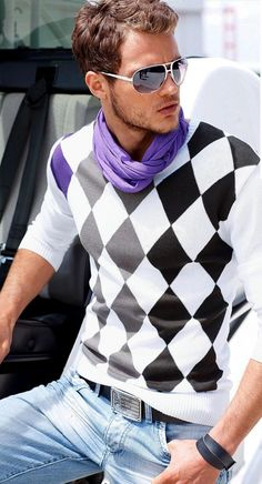 Jersey a rombos blanco y negro. Pañuelo foular morado. Vaqueros. Outfit casual para hombre. Pullover white and black diamonds. Purple scarf. Jeans. Mens Casual Outfit.blanc et diamants noirs. Écharpe pourpre Foular.  The simplest outfit for men's fashion we could find.Casual look for man. Primavera, spring ,printemps. www.facebook.com/bagatelleoficial Bagatelle Marta Esparza #outfit #spring #men