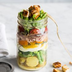 Salad Nicoise - French tuna salad to go - Salat - Food To Go, Love Food, Food And Drink, Mason Jar Meals, Meals In A Jar, Mason Jars, Buffets, Salat Nicoise, Chicken Ramen Recipe
