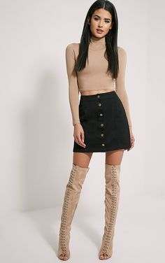 Which happens to be a mini skirts worn inside a calm approach by using a casual top-rated. Beauty And Fashion, Look Fashion, Skirt Fashion, Fashion Outfits, Gothic Fashion, Black Skirt Outfits, Winter Skirt Outfit, Winter Outfits, Mode Outfits