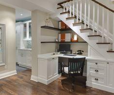 un petit bureau à domicile confortable sous l'escalier Plus