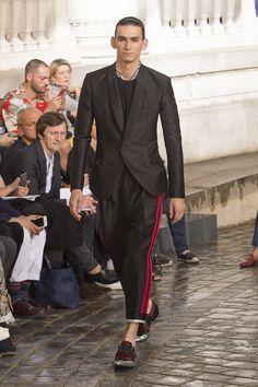 Haider Ackermann também trouxe elementos esportivos para a alfaiataria tradicional - Verão 2017/18 #Paris #PFW #menswear #catwalk #alfaiataria #tailoring #summer #FocusTextil