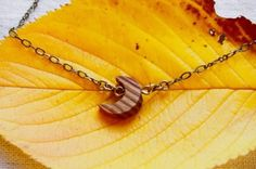 ちいさな月モチーフのネックレスです。斜めに入った木目模様が綺麗です。モチーフは縦12㎜横11㎜厚さ4㎜チェーンは44〜49.5㎝まで調節可能です。定形外郵便で...|ハンドメイド、手作り、手仕事品の通販・販売・購入ならCreema。