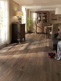 Tmavé dřevěné podlahy