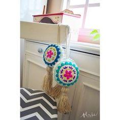 DiSpONiBlEs! Borlitas decorativas Envíos a Domicilio, Planes de Pago con Tarjeta, no hay excusas para poner lindo tu lugar Embroidery Needles, Crewel Embroidery, Lace Earrings, Crochet Earrings, Felt Crafts, Diy And Crafts, Holiday Ornaments, Diy Projects To Try, Tassels