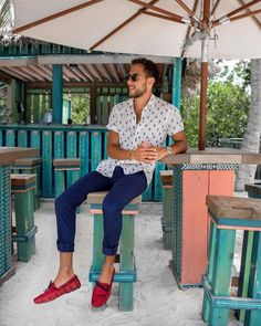 a relaxed holiday men's look with bright blue chinos, a printed short sleeve shirt, bright red loafers Red Loafers, Loafers Outfit, Loafers Men, Men Looks, Camisa Lisa, Stylish Summer Outfits, Blue Chinos, Moda Chic, Mens Clothing Styles