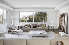 Moderno e minimalista sala de estar em branco imaculado