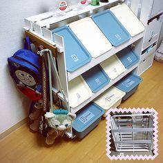 女性で、1LDKのベッド周り/Daiso/子供とふたりで暮らす/すのこ/スクエアボックス/ハンドメイド…などについてのインテリア実例を紹介。「スクエアBOXスノコ棚をつくりました。 【材料】 ・75✖︎33スノコ6枚(1枚は分解) →ニトリで2枚380円のもの。 ・ダイソースクエアBOX小8コ、大3コ ・突っ張り棒2本 ・ダイソーのホワイトペイント4〜5コ 【作り方】 スノコは5枚を組み立てて、1枚は分解して天井部分と前部分に。 突っ張り棒を2本付けて、スクエアBOX引っ掛けたら完成♡ インデックスシールはキャンドゥです✨ 当初はおもちゃ棚を作っていた筈なのに、ふらっと立ち寄ったキャンドゥでかわいいインデックスシールを買ってしまい、アッサリ心変わりして洋服収納になりましたσ(^_^;)」(この写真は 2016-05-30 22:03:09 に共有されました)