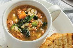 Prepara esta deliciosa sopa de coditos con carne molida de res y tomate en menos de 15 minutos. Es económica y saludable.