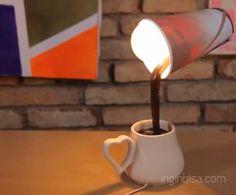 Bagi Anda yang saat ini sedang mencari tutorial bagaimana cara membuat lampu meja yang unik dari cangkir, misalnya seperti tumpahan kopi dari gelas ke dalam