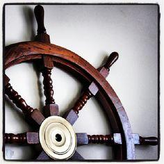 Stylowe drewniane koło sterowe z mosiężna piasta, żeglarski symbol trzymania steru władzy, morski atrybut kapitana, prezent dla Żeglarzy i Ludzi Morza, marynistyczna dekoracja, morski wystrój wnętrz, Photo by http://sklep.marynistyka.org