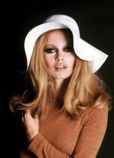 Parfaire sa coiffure avec un chapeau vintage #coiffure #vintage #retro