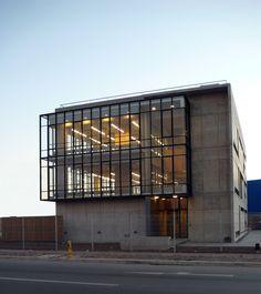 Construido por +arquitectos en Santiago, Chile con fecha 2008. Imagenes por + arquitectos. El Edificio de 930 m2 proyectado para la empresa de Servicios Informáticos SERINFO alberga las oficinas técnicas y ad...