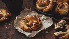 Kanellbullar: Τα αυθεντικά ρολά κανέλας από τη Σουηδία με τη μαστιχωτή ζύμη   BOVARY Rose Bakery, Cinnamon Cake, Dream Cake, Bagel, Muffin, Sweets, Bread, Breakfast, Ethnic Recipes