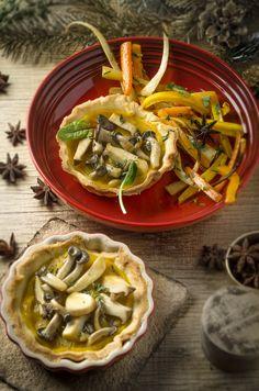 Kürbistarte mit Schwammerl und Wurzelgemüse! Im Winter kann es gar nicht bunt genug am Teller sein! Teller, Japchae, Bunt, Winter, Ethnic Recipes, Food, Vegetarian Recipes, Drinking, Winter Time