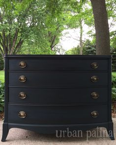 9 DIY furniture makeover ideas using black paint. Black painted furniture has become a trend lately. Use these before and after projects as inspiration. Black Painted Furniture, Chalk Paint Furniture, Refurbished Furniture, Upcycled Furniture, Unique Furniture, Shabby Chic Furniture, Furniture Projects, Furniture Makeover, Diy Furniture