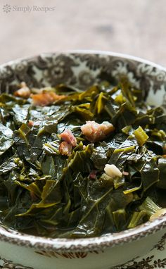 Style Collard Greens ~ Slow cooked collard greens with a ham hock, onions, vinegar and hot sauce. A classic with BBQ! On Southern Style Collard Greens ~ Slow cooked collard greens with a ham hock, onions, vinegar and hot sauce. A classic with BBQ! Vegan Quesadilla, Side Dish Recipes, Vegetable Recipes, Top Recipes, Simply Recipes, Easy Recipes, Southern Style Collard Greens, Southern Mustard Greens Recipe, Vegetable Side Dishes