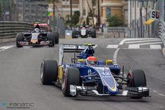 Felipe Nasr - Monaco 2015 Por outro lado, estreia que chama a atenção é a do brasileiro Felipe Nasr. Ele terminou todas as seis corridas que disputou até agora, marcou pontos em três delas, inclusive na sua primeira participação em Mônaco. É assim que ele consegue manter a equipe Sauber como quinta colocada no Mundial de Construtores, embora existam outros oito carros melhores que os dela. A Sauber está atrás apenas de Mercedes, Ferrari, Williams e Red Bull. O nome dessa zebra é Felipe Nasr.