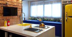 A parede de tijolinhos com junta seca e os drops de cor em amarelo e azul são os destaques da Cozinha Light, assinada por Ketlein Amorim