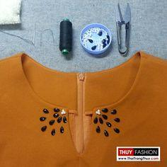 Váy ôm được thiết kế dáng váy bút chì, cổ sẻ chữ V và được đính hạt thủ công tạo điểm nhấn khu vực cổ tại Thời Trang Thuỷ Neckline Designs, Kurti Neck Designs, Dress Neck Designs, Blouse Designs, Embroidery On Kurtis, Kurti Embroidery Design, Embroidery Fashion, Cotton Kurties, Myanmar Dress Design