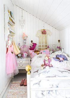 Pikkutytön huone vinttikamarissa | Unelmien Talo&Koti Kuva: Hanne Manelius Toimittaja: Ilona Pietiläineb