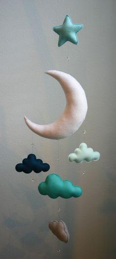 Das Mobile erinnert mich an ein süßes Wiegenlied! Fügen Sie eine weiche Dreaminess auf Ihr Kinderzimmer mit diesem liebenswert Mobile! Vier flauschigen Wolken und facettierten Glaskristallen hängen von dieser liebenswert Mond mit einem Akzent Stern oben hängen! Alle meine Handys werden von Hand genäht und aufgereiht. Keine Nähmaschinen eingesetzt wurden. Der Mond, Sterne und Wolken wurden Hand genäht aus Öko-100 % Merino-wolle fühlte und gefüllt mit Hobby-Füllung, eine kostbare rundlich…