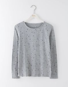 Bringen Sie ein wenig Glitzer in Ihre Lieblingsoberteile. Tragen Sie diesen lässigen Schnitt zu einer Jeans oder in einen Rock gesteckt. Das Shirt aus weicher Baumwolle macht in Kombination mit einem Cardigan oder Pullover jeden Lagenlook perfekt, wenn es draußen ungemütlich wird.